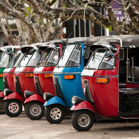 Tuk Tuk in Reihe, Sri Lanka