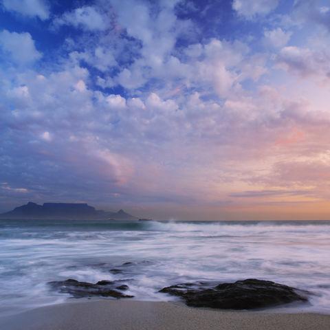 Der Atlantische Ozean mit dem Tafelberg im Hintergrund, Südafrika