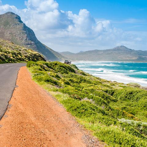 Typische Küstenstraße entlang der Garden Route, Südafrika