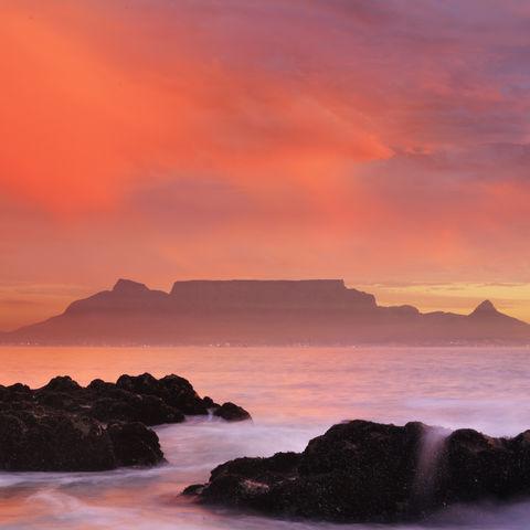 Blick auf Kapstadt mit dem Tafelberg von Blouberg Strand, Südafrika