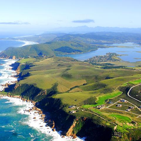 Knysyna aus der Vogelperspektive mit Blick auf die Lagune, Südafrika