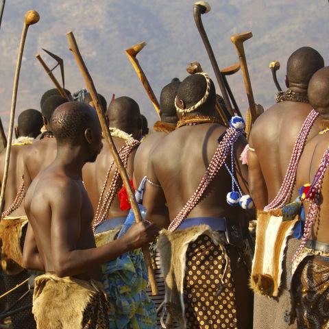 Swazi Häuptling während eines traditionellem Tanz, Südafrika
