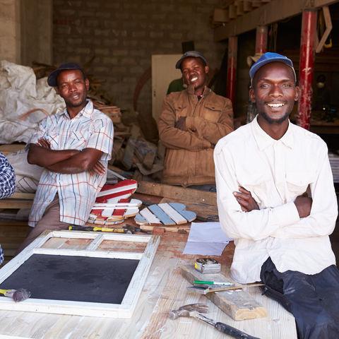 Kollegen in einer Tischlerei unter sich, Südafrika