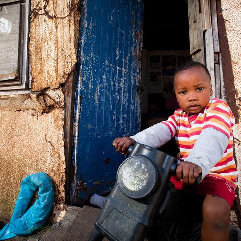 Junge im Township, Südafrika