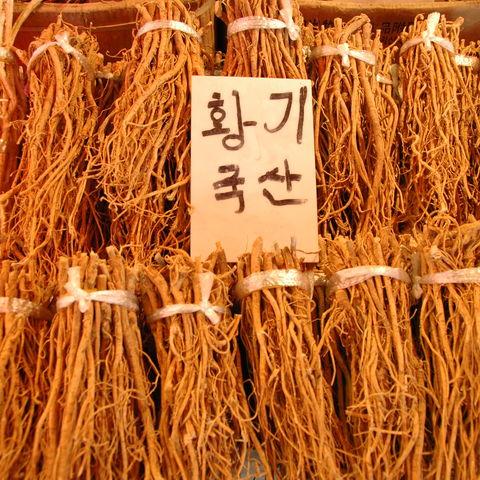 Wurzeln zum Verkauf auf einem koreanischen Markt, Südkorea