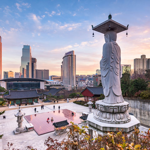 Ausblick in die Abenddämmerung Seouls vom Bongeunsa Tempel, Südkorea