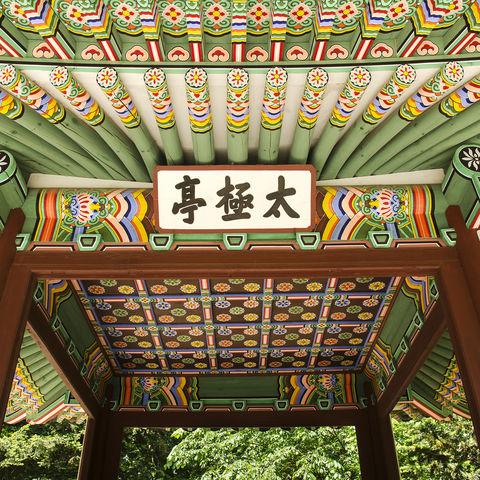 Farbenfrohe Verzierungen eines Palastes in Seoul, Südkorea