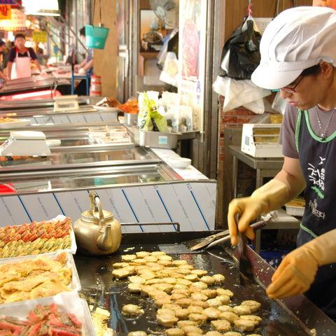 Zubereitung an einem koreanischen Imbissstand, Südkorea