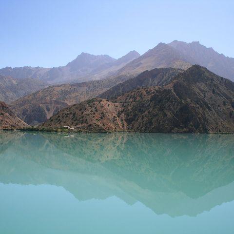 Berge spiegeln sich im See, Tadschikistan