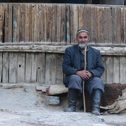 Tadschike vor seiner Berghütte, Tadschikistan