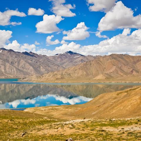 Wolken spiegeln sich in einem Bergsee, Tadschikistan