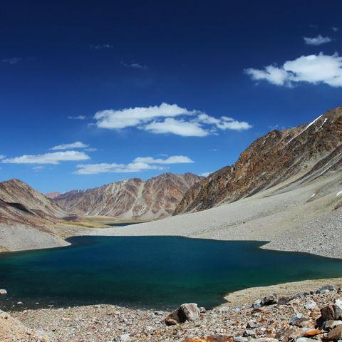 Dunkelblauer See im Pamir Gebirgszug, Tadschikistan
