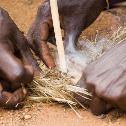 Ein Masai macht Feuer, Tansania