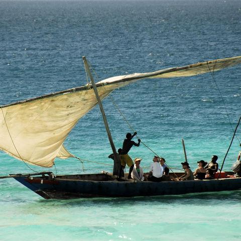 Segel setzen im blauen Meer, Tansania
