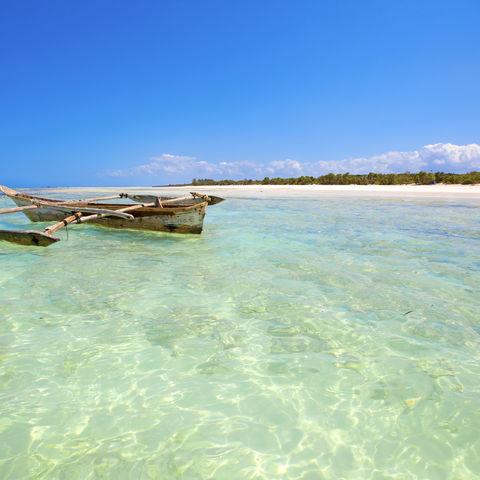 Dhau auf kristallklarem Wasser vor Sansibar, Tansania
