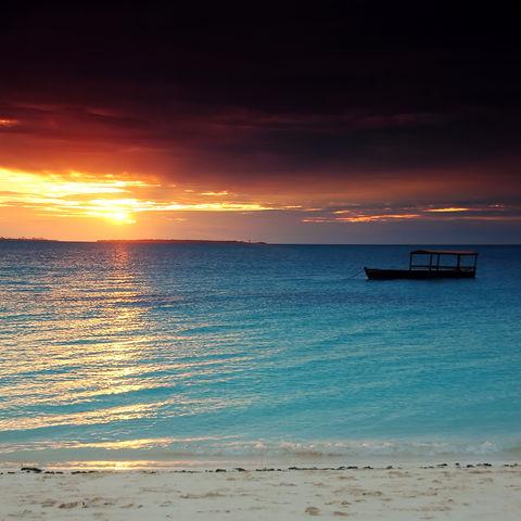 Sonnenuntergang über türkisem Wasser, Tansania