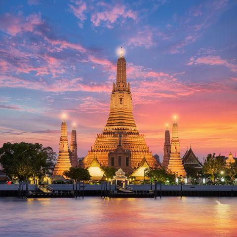 Buddhistischer Tempel im Sonnenuntergang: Wat Arun, Bangkok, Thailand