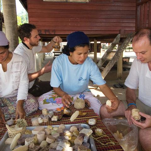 Dorfbewohner und Touristen erstellen gemeinsam Seife, Thailand