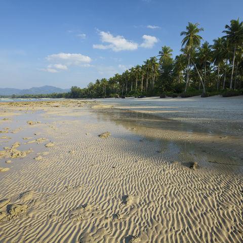 Verlassener Strand bei Khao Lak, Thailand