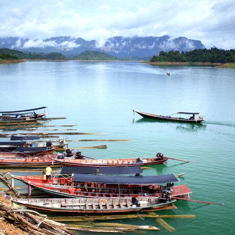 Berge und der Suratthani See im Khao-Sok-Nationalpark, Thailand