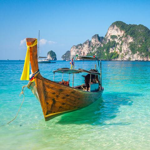 Hier geht man gerne vor Anker: Boot vor den Phi Phi Inseln, Thailand