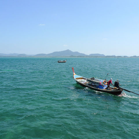 Ein Longtail-Boot auf dem weg zu Koh Mook, Thailand