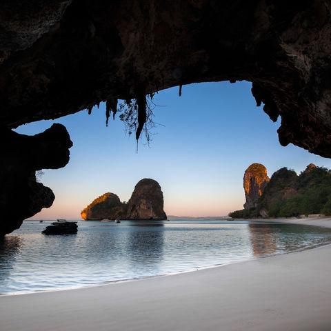 Strand mit Höhle in Krabi, Thailand