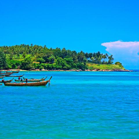 Langboote an der Küste vor Thailand, Thailand