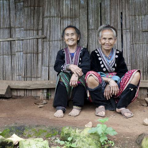 Zwei Frauen der Meo-Minderheit in traditionellen Gewändern, Thailand