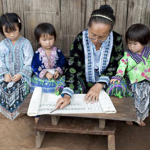Kinder der ethnischen Gruppe der Hmong (in Thailand Meo genannt) in der Schule, Thailand