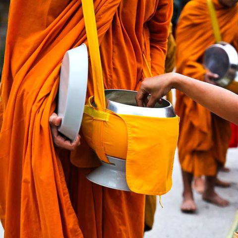 Almosen für die Mönche am frühen Morgen, Thailand