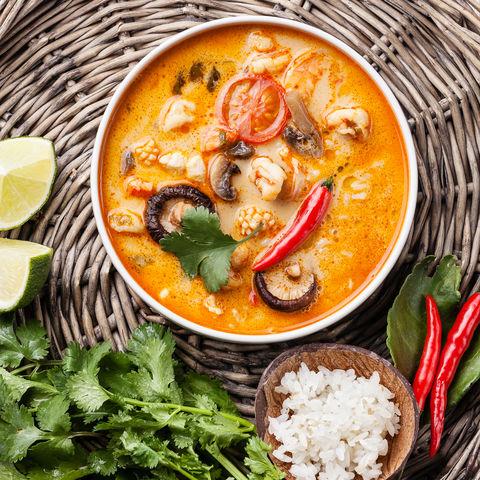 Scharfe Tom Yam Suppe auf Basis von Kokosmilch, Chili und Meeresfrüchten, Thailand