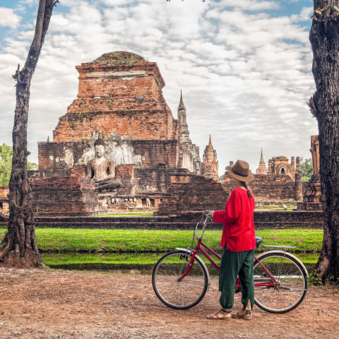 Mit dem Fahrrad die Tempelanlagen im Sukhothai Historical Park erkunden, Thailand
