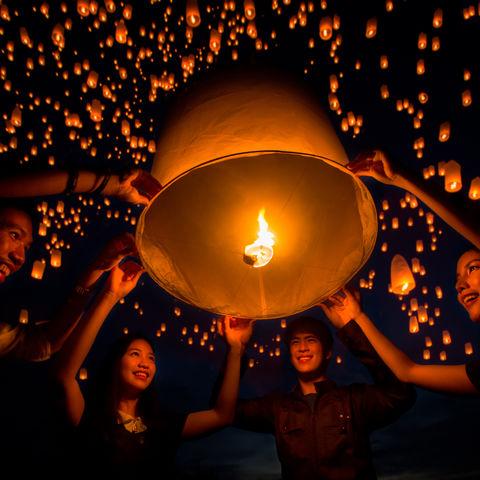 Papierlaternen gen Himmel: das Yi Peng/ Loy Krathong Lichterfest, Thailand