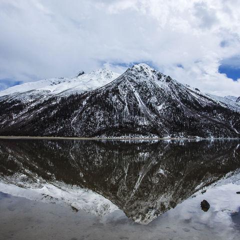 Tibetische Berge spiegeln sich im See, Tibet