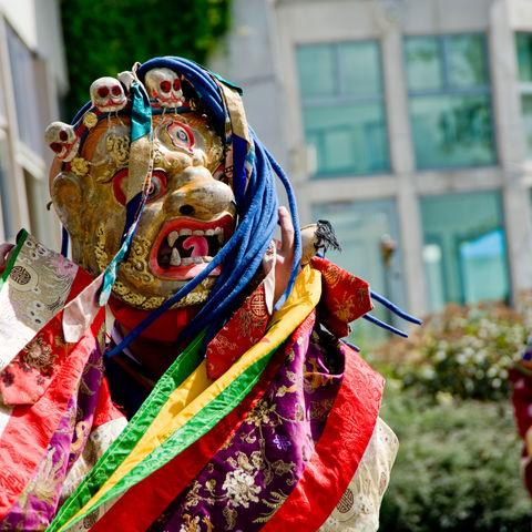 Maskentänze zu ritueller tibetischer Musik: Cham-Tänzer, Tibet