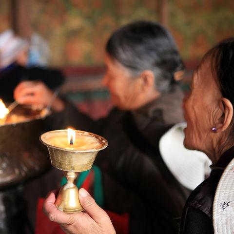 Gebete im Jokhang Tempel, Tibet