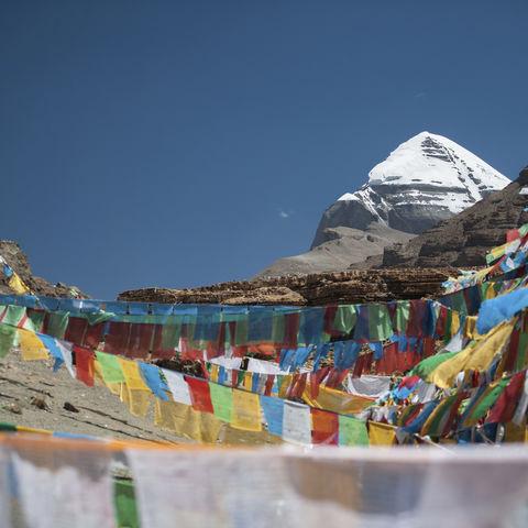 Gebetsfahnen und der Blick auf den Kailash, Tibet