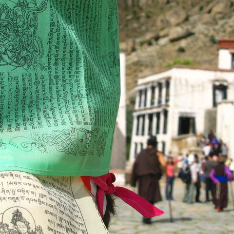Mantras auf Gebetsflaggen an einem Kloster, Tibet