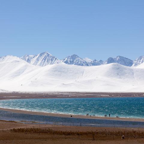 Namtso-See vor schneebedeckter Bergkette, Tibet