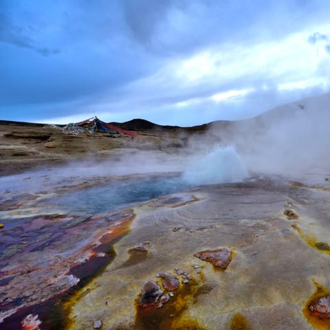 Spritzen bis zu 3m hoch: Heiße Quellen von Yambajan, Nyaingentanglha Gebirge, Tibet