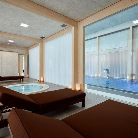 Wellnessbereich im Hotel @ NEUE WEGE #TITEL 1: Hier können Sie Ihren hektischen Alltag vergessen... #TITEL 2: Luxuriöser Wellnessbereich mit Pool und Whirlpool, Ayurveda