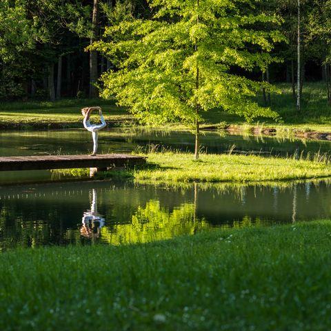 Yoga in der Natur @ NEUE WEGE #TITEL 1: Gibt es einen besseren Ort für Yoga? #TITEL 2: Yoga auf einem Steg im See, Ayurveda