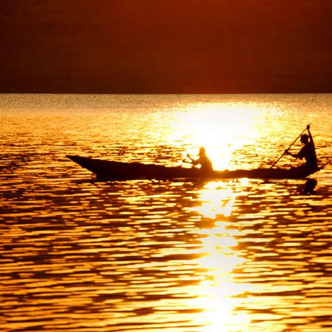 Unterwegs auf einem Kanu bei Sonnenuntergang: Bunyonyi See, Uganda