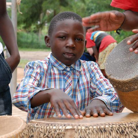 Junger afrikanischer Trommler, Uganda