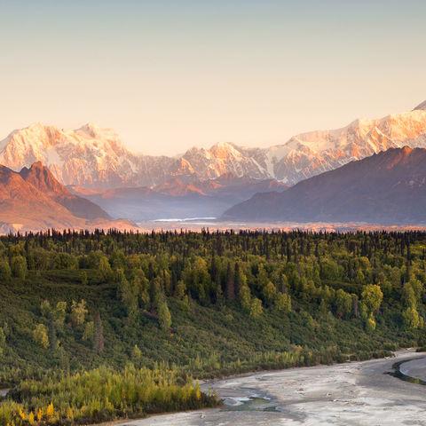Wenn die letzten Sonnenstrahlen des Tages auf den Mount Denali treffen..., Alaska
