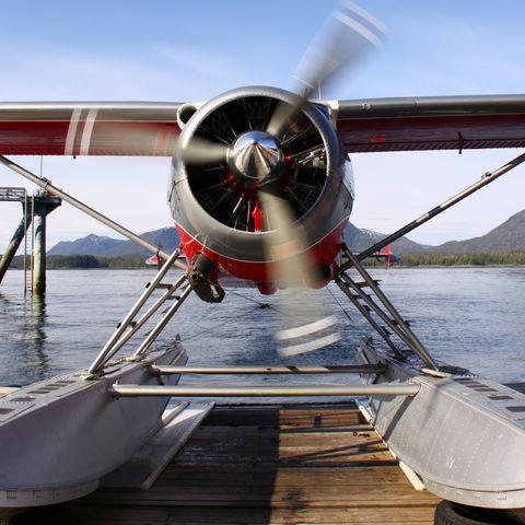 Wasserflugzeug an einem See, Alaska