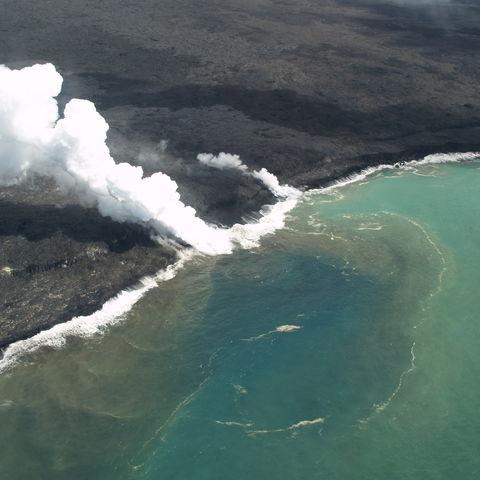 Der Kilauea Vulkan trifft auf die Küste, Hawaii