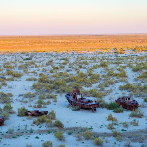Verlassene Schiffe in der Wüste des Aralsees, Usbekistan