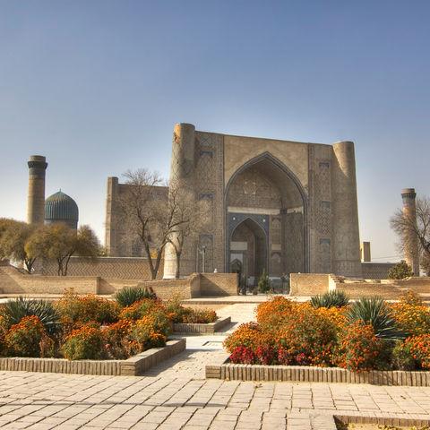 Typisches Stadtbild in Buchara: Moscheen, Minarette & Medresen, Usbekistan